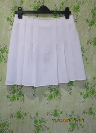 Белая юбка со складками спереди