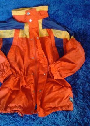 Яркая куртка-дождевик