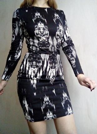 Трикотажное облегающее платье с открытой спинкой