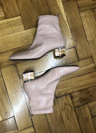 Светло-розовые ботинки с прозрачным каблуком