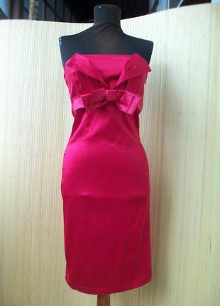 Коктейльное  атласное платье с открытыми плечами