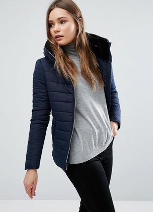 Демисезонная теплая куртка дутая стеганная с мехом на синтепоне