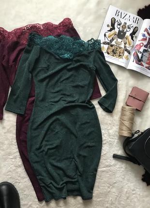 Темно зеленое платье с кружевом