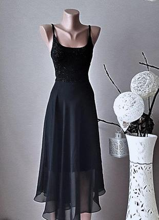 Роскошнейшее черное платье.