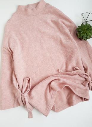Пудровый очень мягкий свитер оверсайз с рукавами на завязках