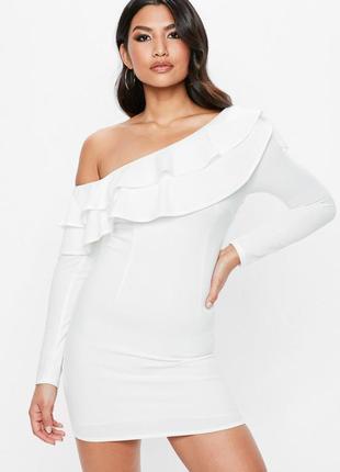 Крутое белое платье с двойным воланом