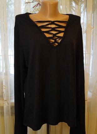 Черная трикотажная кофта реглан с портупеей плетением и расклешены рукавом