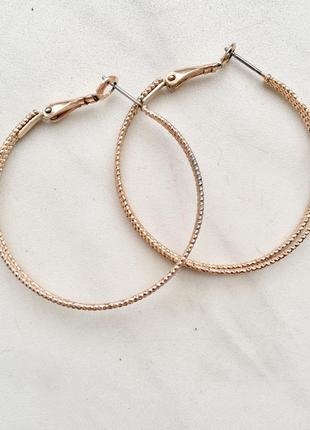 Серьги кольца золотистого цвета бижутерия