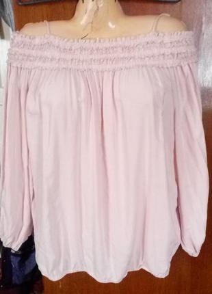 Вискозная блуза с открытыми плечами цвет пудры,рр.м-л.