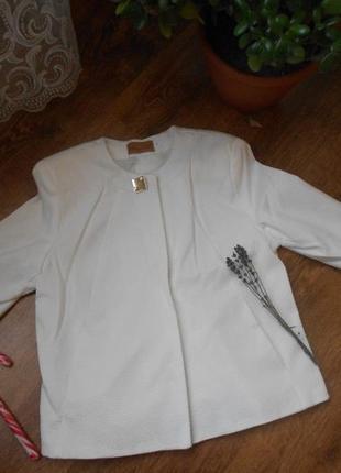 Класний, нарядний піджак білого кольору.новенький