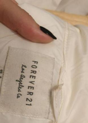 Белая легкая куртка на синтепоне.