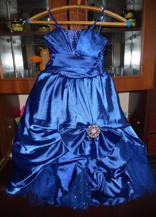 Красивое платье на девочку возраст от 5 лет. длина платья 80 см. пышное, сзади на корсете.