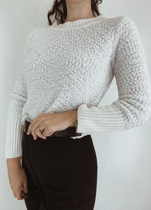 Фактурный белоснежный свитер