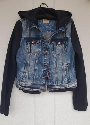 Джинсовая куртка со вставками и капюшоном bershka