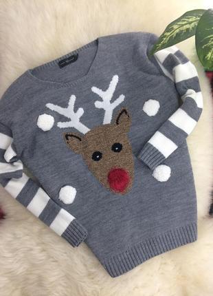 Новогодний красивый серый свитер с оленем зимний принт