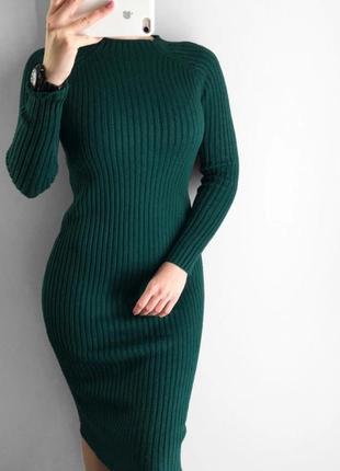 Теплое платье длины миди изумрудного цвета.