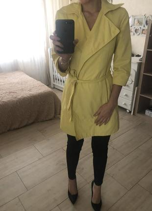 Желтый плащ весенний