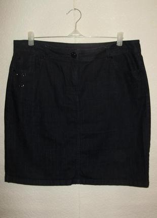 Распродажаджинсовая юбка декор пуговица-заклепки-карманы в черных стразах 16/50-52 размера