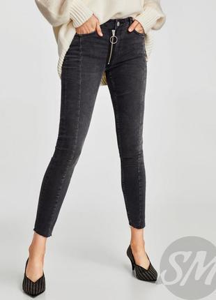 Стильные скинни джинсы с  передним замком и обсатаным низом