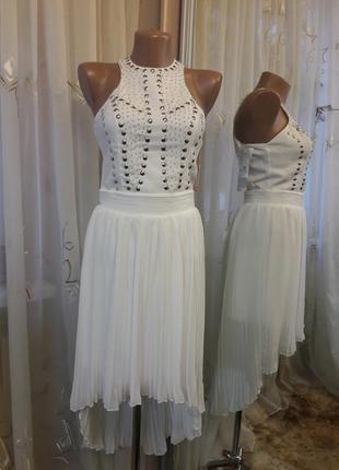 Белое ассиметричное платье с плисерованной юбкой