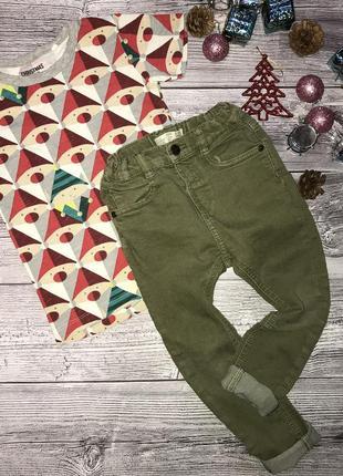 Красивый комплект: новогодняя футболка и джинсы
