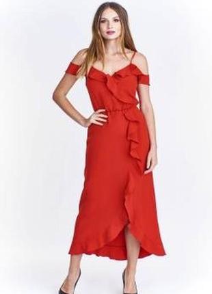 Красное платье с воланами и открытыми плечами2 фото