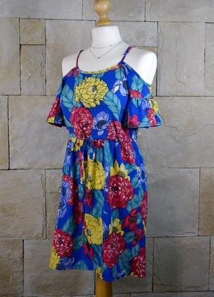 Яркое платье со спущенными открытыми плечами atmosphere