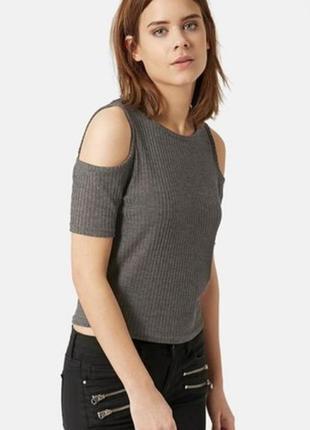 Укороченная блуза топ с открытыми плечами в рубчик