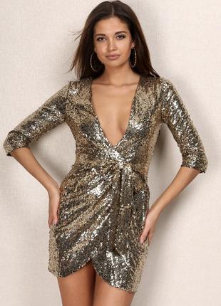 Платье с глубоким вырезом декольте