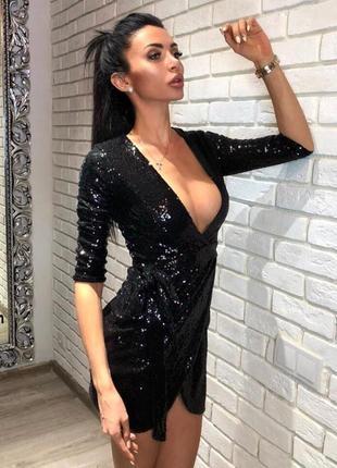 Платье на новый год 2019. платьн с глубоким вырезом декольте в золотом и чёрном цвете