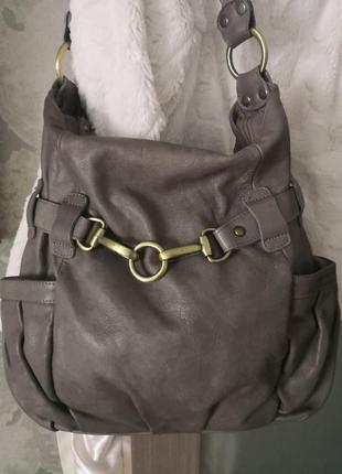 Красивая большая кожаная сумка.