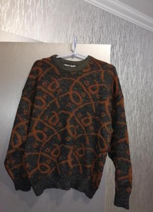 Брендовый шерстяной свитер