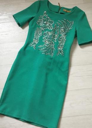 Красивое платье, вышитое и расшитое бисером