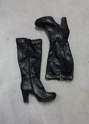 Высокие черные сапоги на каблуках