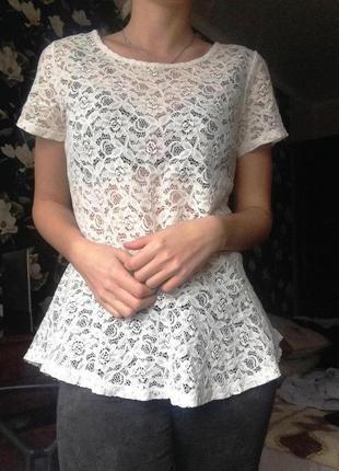 Кружевная белая блуза с воланом внизу
