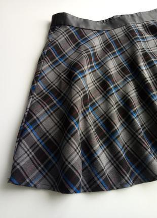 Красивая юбка мини в диагональную клетку с поясом под кожу
