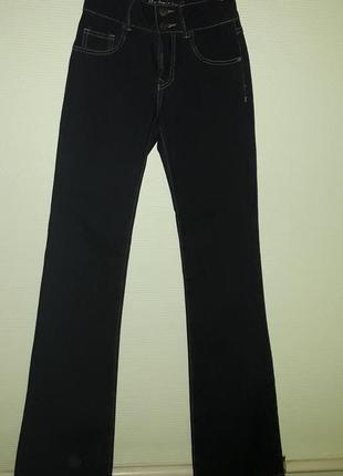 Классные темно-синие расклешенные джинсы,высокая посадка
