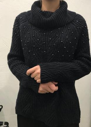 Очаровательный свитерок теплый и украшен декором