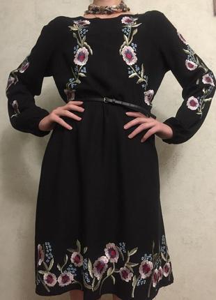Платье в вышивке .