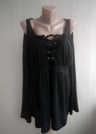 Стильная черная трикотажная блуза с открытыми плечами