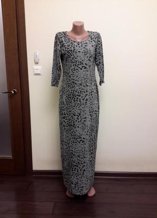 Трикотажное длинное платье с интересным принтом