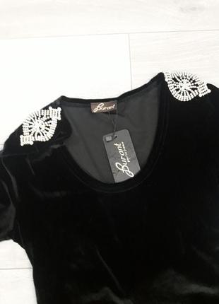 Черное бархатное платье с эполетами из брошей