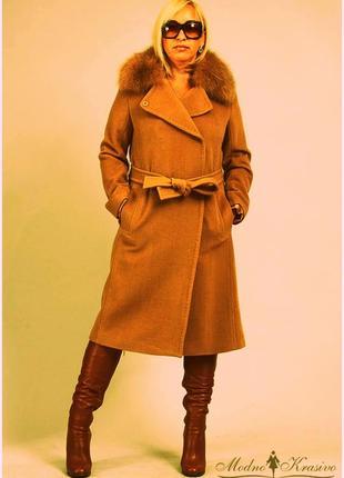 Шикарное пальто с натуральным меховым воротником из лисы.