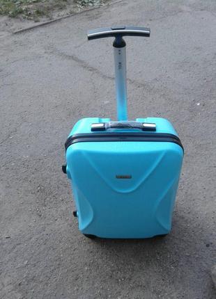 Дорожный чемодан пластик на 4 колесах