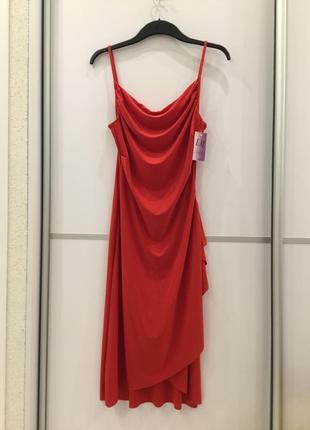 Красное облегающее вечернее платье на бретелях