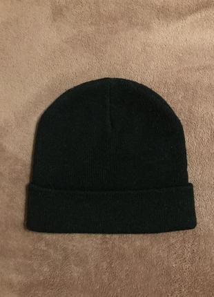 Чёрная шапка bershka