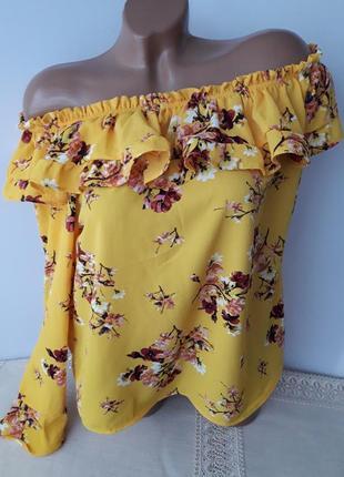 Солнечная блуза с оголёными плечами и воланами