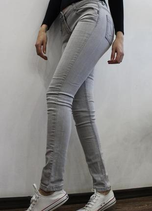Серые джинсы от denim co