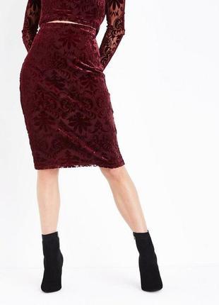 Актуальная кружевная юбка с велюровыми вензелями, юбка карандаш миди нарядная