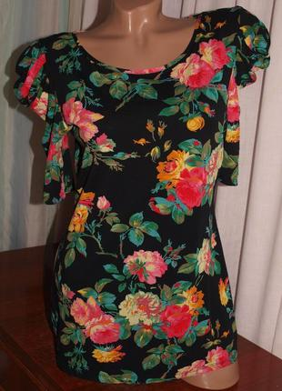 Красивая футболка (м) с цветочным узором, без нюансов, шикарно смотрится.